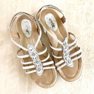 """•new• Earth """"Bluff"""" white leather strappy sandals"""